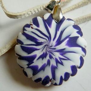 Violetta medál, Medálos nyaklánc, Nyaklánc, Ékszer, Ékszerkészítés, Gyurma, Fehér és lila FIMO ékszergyurmából készítettem ezt a csavart mintájú, recés szélű, mindkét oldalán h..., Meska