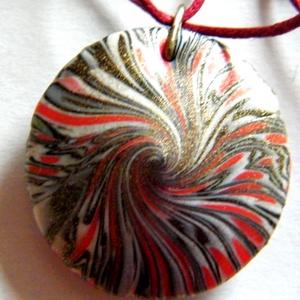 Napkitörés medál, Ékszer, Medál, Nyaklánc, Ékszerkészítés, Gyurma, Piros, fekete és fehér FIMO ékszergyurmából (+ kevés pigmentporból) készítettem ezt a lencse alakú, ..., Meska