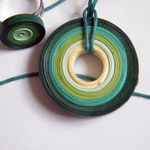 Zöld harmónia ékszerszett, Ékszerszett, Ékszer, Ékszerkészítés, Papírművészet, Quilling technikával, 5 és 3 mm-es papírcsíkokból készítettem ezt a szettet: medált és gyűrűt. A szí..., Meska