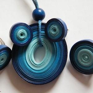 Kék harmónia ékszerszett quillingpapírból, Ékszer, Ékszerszett, Medál, Fülbevaló, Ékszerkészítés, Papírművészet, Különböző árnyalatú kék quillingpapírból készítettem ezt az ékszerszettet: medált, bedugós fülbevaló..., Meska