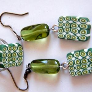 Évgyűrűk ékszerszett fülbevaló és gyűrű, Ékszer, Ékszerszett, Kétféle zöld és fehér FIMO ékszergyurmából készült ez a fülbevaló és gyűrű. A lógós fülbevaló gyurma..., Meska