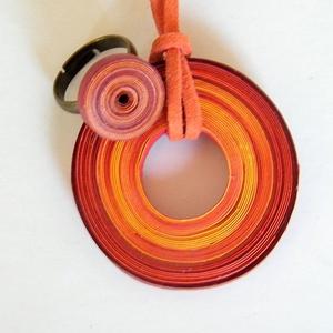 Naplemente ékszerszett quillingpapírból, Ékszer, Ékszerszett, Medál, Gyűrű, Ékszerkészítés, Papírművészet, Quilling technikával, 5 és 3 mm-es papírcsíkokból készítettem ezt a szettet: medált és gyűrűt. A szí..., Meska