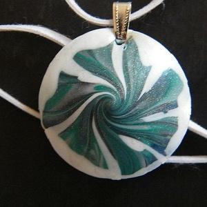 Óceán medál, Medálos nyaklánc, Nyaklánc, Ékszer, Ékszerkészítés, Gyurma, Kék, zöld és fehér FIMO ékszergyurmából, valamint kevés pigmetporból lencse alakú medált készítettem..., Meska