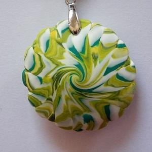 Éretlen gyümölcs medál, Medálos nyaklánc, Nyaklánc, Ékszer, Ékszerkészítés, Gyurma, A tavasz színeiből készítettem ezt a recés szélű lencsemedált: kétféle zöld és fehér FIMO ékszergyur..., Meska