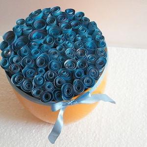 Kék romantika virágbox, asztali dísz, Asztaldísz, Dekoráció, Otthon & Lakás, Papírművészet, Készen vásárolt sárga kerámia virágtartóba kék papírrózsákat készítettem, a szirmok szegélyét ezüst ..., Meska