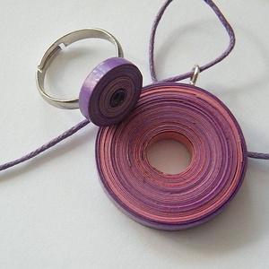 Ciklámen ékszerszett quillingpapírból: medál és gyűrű, Ékszerszett, Ékszer, Ékszerkészítés, Papírművészet, Quillingtechnikával, 5 és 3 mm-es papírcsíkokból készítettem ezt a szettet: medált és gyűrűt. A szín..., Meska