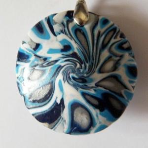 Duci medál, Ékszer, Medál, Nyaklánc, Ékszerkészítés, Gyurma, Fehér, ezüst, kék és fekete FIMO ékszergyurmából készítettem ezt a lencse alakú, cseppmintás medált,..., Meska