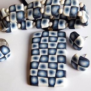 Extrém sakk ékszerszett: medál, karkötő, gyűrű és fülbevaló, Ékszer, Ékszerszett, Fehér és többféle kék FIMO ékszergyurmából készült szett: medál, fülbevaló, karkötő és gyűrű. A medá..., Meska
