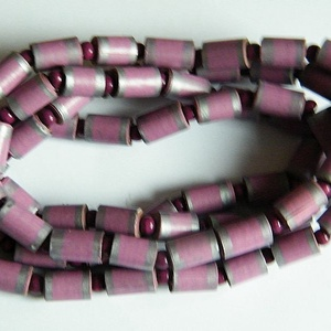 Fáradt áfonya nyaklánc újrahasznosított anyagból, Ékszer, Nyaklánc, Hosszú nyaklánc, Ékszerkészítés, Újrahasznosított alapanyagból készült termékek, A nyaklánc hengeres gyöngyei újrahasznosított papírokból (reklámanyagok, prospektusok) készültek.\nA ..., Meska