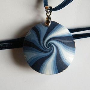 Szélkelep medál, Ékszer, Nyaklánc, Medálos nyaklánc, Fehér, kék és fekete FIMO ékszergyurmából készítettem ezt a mindkét oldalán hordható, lencse alakú, ..., Meska