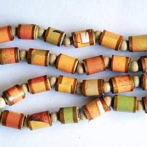 Derűs ősz nyaklánc újrahasznosított papírból, Ékszer, Nyaklánc, Medál nélküli nyaklánc, Ékszerkészítés, Újrahasznosított alapanyagból készült termékek, A nyaklánc hengeres gyöngyei újrahasznosított papírokból (reklámanyagok, prospektusok) készültek.\nA ..., Meska