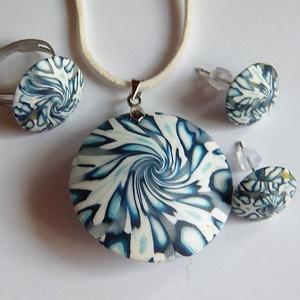 Kék szirmok ékszerszett: medál, fülbevaló és gyűrű, Ékszer, Ékszerszett, Ékszerkészítés, Gyurma, Meska