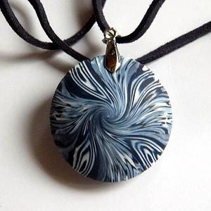 Kékvérű virág medál, Ékszer, Nyaklánc, Medálos nyaklánc, Ékszerkészítés, Gyurma, Fehér, fekete és többféle kék FIMO ékszergyurmából készítettem ezt a lencse alakú medált. Mindkét ol..., Meska