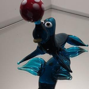 Fóka (Közepesen sötét átlátszó aquamarin üveg), Otthon & Lakás, Dekoráció, Díszüveg, Üvegművészet, Fóka üvegfigura, orrán egy labdát egyensúlyoz. A két elsö uszonyán támaszkodik, a hátsó uszonyok fel..., Meska