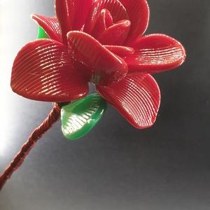 Üveg rózsa Piros opál üvegből, Otthon & Lakás, Dekoráció, Díszüveg, Üvegművészet, Kézi olvasztásos eljárással készült  üveg rózsa, üveg-fém kombinációval.\nA fémszálak kecsessé és rug..., Meska