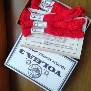 Volga pamut hímzőfonal, Fonal, cérna, Pamutfonal, Hímzés, Kiváló minőségű, matt pamut hímzőfonal piros színben.\nA doboz tartalma 30 db/ 10 méteres motring !\nA..., Meska
