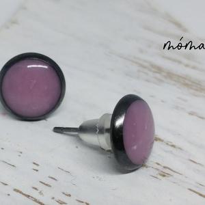 Rózsaszín pici bedugós műgyanta fülbevaló, Ékszer, Fülbevaló, Ékszerkészítés, Fekete alapon halvány rózsaszín színű műgyanta teszi elegánssá, romantikussá ezt a pici fülbevalót. ..., Meska