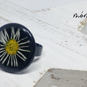 Százszorszép műgyanta gyűrű, Ékszer, Gyűrű, Ékszerkészítés, Szereted a természetességet és az egyediséget? Az igazi szárított növényeket rejtő műgyanta ékszerek..., Meska