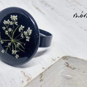Fekete-fehér elegancia műgyanta gyűrű, Ékszer, Gyűrű, Ékszerkészítés, Szereted a természetességet és az egyediséget? Az igazi szárított növényeket rejtő műgyanta ékszerek..., Meska