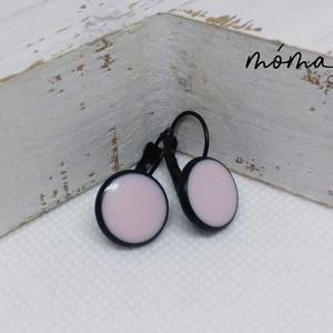 Púder színű kis lógós fülbevaló, Lógós fülbevaló, Fülbevaló, Ékszer, Ékszerkészítés, Egyszerű, kifinomult, halvány púder színűre színezett műgyanta fülbevaló ez fekete lógós alapon. Kel..., Meska