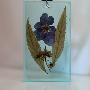 Lila virágos medál, Ékszer, Medál, Ékszerkészítés,        3×5cm-es világoskék műgyantába öntött virág.Bőrszíjjal,vagy esetleg kulcstartónak ajánlom. , Meska