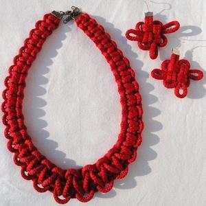Piros nyaklánc és fülbevaló, Ékszerszett, Ékszer, Csomózás, Ékszerkészítés,  Kb 4mm-es sodrott zsinórból készült nyaklánc.\n\nSzívesen elkészítem más színben és kombinációban is...., Meska