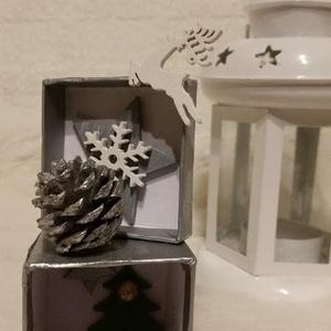 Ezüst Karácsony ezüst kis dobozban, Dekoráció, Otthon & lakás, Ünnepi dekoráció, Karácsony, Mindenmás, 4,5 *9,5 cm papír alapú doboz Karácsonyi hangulatba öltöztetve., Meska