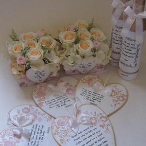 Szülőköszöntő ajándék szett, Dekoráció, Otthon & lakás, Esküvő, Esküvői dekoráció, Ünnepi dekoráció, Virágkötés, Mindenmás, A szett tartalma: 2 db díszüveg, 2 db virágbox, 4 db faszív, amely készülhet nagyszülőknek, koszorús..., Meska
