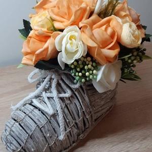 Vessző cipő virágcsokorral (rózsa és boglárka), Otthon & lakás, Dekoráció, Ünnepi dekoráció, Lakberendezés, Asztaldísz, Mindenmás, Virágkötés, Egyedi kézzel készített dekoráció. Minőségi selyemvirágok, alapanyagok felhasználásával készült. Gyö..., Meska