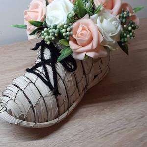Fa háncs cipő forma kaspó rózsacsokorral, Otthon & lakás, Dekoráció, Ünnepi dekoráció, Lakberendezés, Asztaldísz, Mindenmás, Virágkötés, Egyedi kézzel készített dekoráció. Minőségi alapanyagok felhasználásával készült. Gyönyörű dekoráció..., Meska