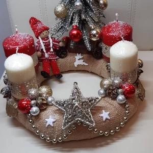 Adventi koszorú, Otthon & Lakás, Dekoráció, Asztaldísz, Mindenmás, Egyedileg készített havas adventi koszorú, kislány a karácsonyfa mellett. átmérő: 25cm.\n\nBudapesten ..., Meska