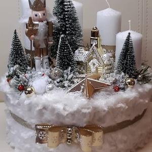 Diótörő adventi box, meglepetés ajándékkal, Karácsony & Mikulás, Adventi koszorú, Mindenmás, Csodálatos havas táj diótörővel és palotával. átmérő: 22cm; magasság: 22cm.\n\nBudapesten a személyes ..., Meska