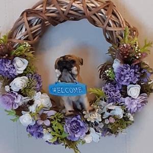 Tavaszi, nyári ajtó kopogtató kutyussal, Otthon & Lakás, Dekoráció, Ajtódísz & Kopogtató, Mindenmás, A vessző koszorú alapot különböző selyemvirágokkal és zöldkiegészítőkkel és mopsz kutyussal díszítet..., Meska