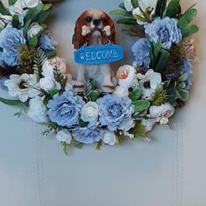 Tavaszi, nyári ajtó kopogtató kutyussal, Otthon & Lakás, Dekoráció, Ajtódísz & Kopogtató, Mindenmás, A vessző koszorú alapot különböző selyemvirágokkal és zöldkiegészítőkkel és spániel kutyussal díszít..., Meska