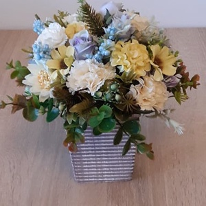 Virágcsokor kaspóban, Otthon & Lakás, Dekoráció, Asztaldísz, Mindenmás, A kaspót selyemvirággal és zöldkiegészítőkkel díszítettem. magassága: 18cm, szélesség: 20cm.\n\nKedves..., Meska