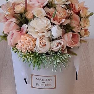 Elegáns box selyemvirággal, Otthon & Lakás, Dekoráció, Asztaldísz, Mindenmás, A virág boxot selyemvirággal és zöldkiegészítőkkel díszítettem. magassága: 23cm, szélesség: 21cm.\n\nK..., Meska