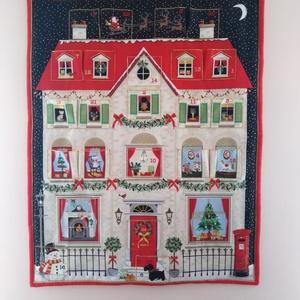 Adventi naptár,Karácsonyi dekoráció, Otthon & Lakás, Karácsony & Mikulás, Adventi naptár, Varrás, Karácsonyi adventi naptár.Három rétegű az előlapja egy házat ábrázoló színes pamutvászon amin 24 db ..., Meska