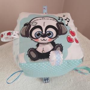 Panda macis textil babakocka,, Gyerek & játék, Játék, Plüssállat, rongyjáték, Készségfejlesztő játék, Varrás, A babakocka oldalai színes és mintás pamutvászonból készültek ami többszörösen meglett erősítve.Ami ..., Meska