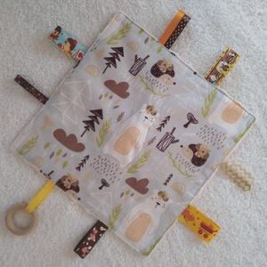 Mesél az erdő Baba készségfejlesztő címkekendő,alvópárna, Játék & Gyerek, Készségfejlesztő, 3 éves kor alattiaknak, Ölelj magadhoz kétrétegű pihe- puha színes,vidám anyagokból készült készségfejlesztő textil párna.Há..., Meska