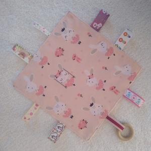Nyuszis baba készségfejlesztő címkekendő,alvópárna, Készségfejlesztő, 3 éves kor alattiaknak, Játék & Gyerek, Varrás, Ölelj magadhoz pihe- puha színes anyagokból készült készségfejlesztő textil párna.Hátoldala babarózs..., Meska