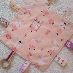 Nyuszis baba készségfejlesztő címkekendő,alvópárna, Játék & Gyerek, 3 éves kor alattiaknak, Készségfejlesztő, Varrás, Ölelj magadhoz pihe- puha színes anyagokból készült készségfejlesztő textil párna.Hátoldala babarózs..., Meska