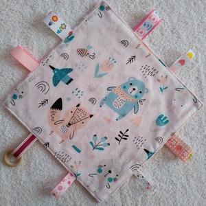 Baba készségfejlesztő címkekendő,alvópárna, Játék & Gyerek, 3 éves kor alattiaknak, Alvóka & Rongyi, Varrás, Ölelj magadhoz pihe- puha színes anyagokból készült készségfejlesztő textil párna. Hátoldala rózsasz..., Meska