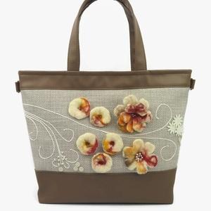 Lara Ferrano Nemezis 02 női táska nemez dísszel, Táska, Válltáska, oldaltáska, Varrás, Nemezelés, Narancs, barna, sárga és nyers gyapjúból készült nemez virágokkal díszítettem ezt a táskát, és a mi..., Meska