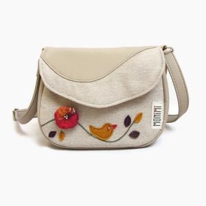 Lara Ferrano One 04 női madárkás kistáska nemezdísszel, Táska, Válltáska, oldaltáska, Varrás, Nemezelés, Pici nemez virág és madárka díszíti ezt a táskát. Látszik rajta, hogy igazi kézműves munka és a gaz..., Meska