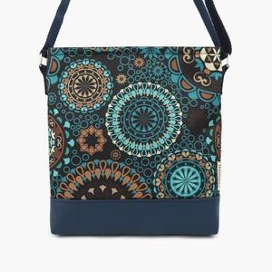 Lovely-bag 03 női kék mandalás táska, Táska, Válltáska, oldaltáska, Varrás, Gyönyörű színekben pompázik ez a táska! A kék egyre népszerűbb, mert nagyon harmonikus, sokféle ruh..., Meska