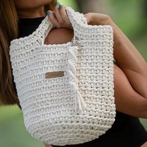 """""""Gratia"""" horgolt kézitáska, Táska & Tok, Kézitáska & válltáska, Kézitáska, Horgolás, Újrahasznosított alapanyagból készült termékek, Saját készítésű, horgolt kézitáska textil béléssel. A táska alapja kör alakú, 100 % újrahasznosított..., Meska"""
