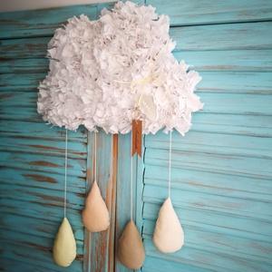 Felhő fali dekoráció, Otthon & lakás, Gyerek & játék, Gyerekszoba, Csomózás, Varrás, Készítettem egy fehér színű felhő alakú faldekorációt, bézs és krém  színű esőcseppekkel. \nA dekorác..., Meska