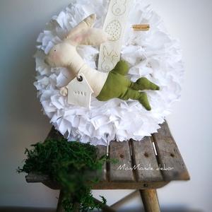 Húsvéti nyuszi fiú dekoráció, Otthon & Lakás, Dekoráció, Ajtódísz & Kopogtató, Virágkötés, Csomózás, 20 cm-es szalmakoszorú alapra készítettem ezt a kellemes, visszafogott színben pompázó húsvéti dekor..., Meska