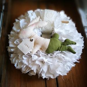 Húsvéti nyuszi fiú dekoráció, Otthon & Lakás, Dekoráció, Ajtódísz & Kopogtató, Virágkötés, Csomózás, 20 cm-es szalmakoszorú alapra készítettem ezt a kellemes, visszafogott hangulatú húsvéti dekorációt,..., Meska