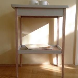 Asztalka vintage stílusban, Régi kecses asztalkát újítottam fel friss, harmonikus kékes-szürke színre, viaszolva. A tömör fa azo..., Meska
